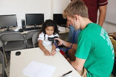 프로젝트어브로드 봉사자에거 건강검진을 받고 있는 멕시코의 어린이