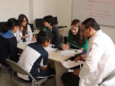 멕시코의 공중보건 프로젝트에서 학생들이 의료진을 도와 봉사활동을 하고 있다.