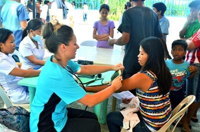 동남아 필리핀에서 건강검진을 하고 있는 청소년 봉사자