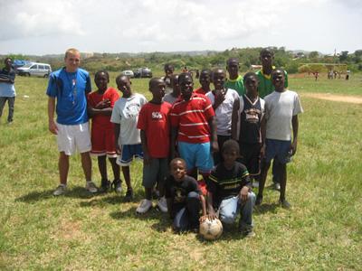 자메이카 학교에서ㅓ 스포츠 봉사활동을 하는 봉사자