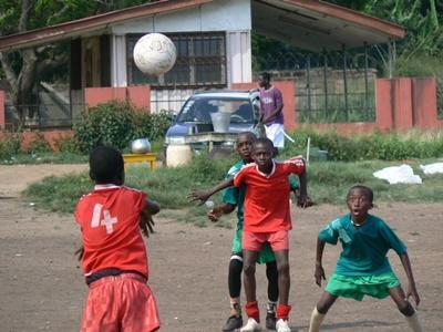 가나의 학교 스포츠 프로젝트에서 활동하는 청소년 봉사자