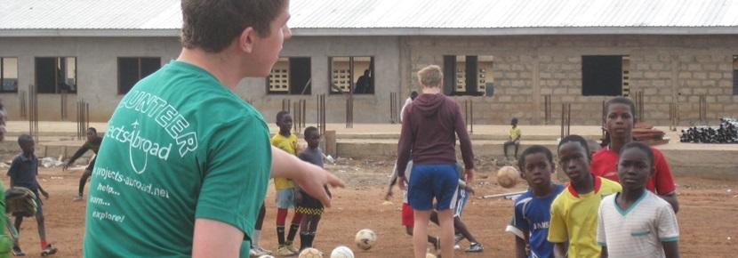 헝소년들에게 스포츠봉사를 하는 프로젝트어브로드 봉사자들