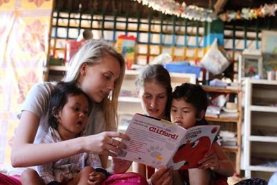 캄보디아 어린이 돌보는 해외봉사활동에 참가한 프로젝트어브로드 봉사자들
