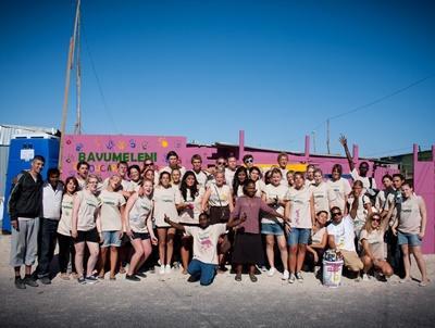 페인팅 봉사활동하고 있는 고교생 해외봉사자들