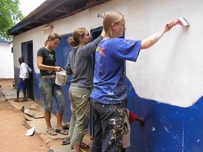 가나 및 서아프리카에서 학교벽에 페인트칠 하고 있는 고교생 봉사자들