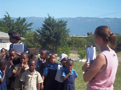자메이카에서 자연재해로 피해입은 봉사자가 아이들을 돕고있다