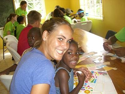 자메이카 재난관리 워크샵에서 아이들과 일하는 봉사자들