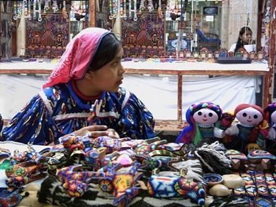멕시코 시장에서 현지 여성이 수공예품을 팔고 있다