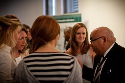 남아공에서 전문가와 회의하고 있는 국제개발 프로젝트의 인턴들