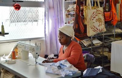 남아공에서 인턴들이 봉사하는 스몰 비즈니스의 여성들이 옷을 만들고 있다