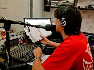 아르헨티나 저널리즘 인턴들이 라디오에서 일하고 있다