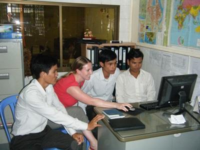 캄보디아 사무소에서 저널리즘 인턴들이 일하고 있다