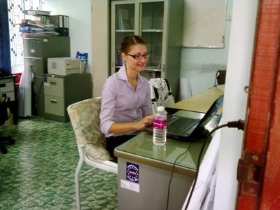 캄보디아 저널리즘 프로젝트 사무소에서 봉사자가 일하고 있다