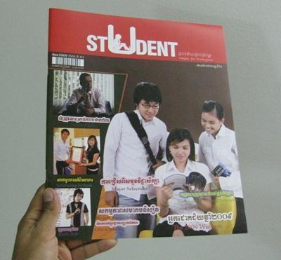 캄보디아 잡지사에서 저널리즘 인턴들이 글을 쓰고 있다