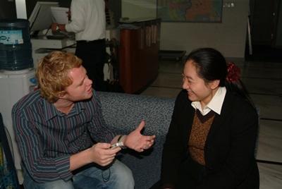 중국 저널리즘 프로젝트에서 봉사자와 직원이 미팅을 하고 있다