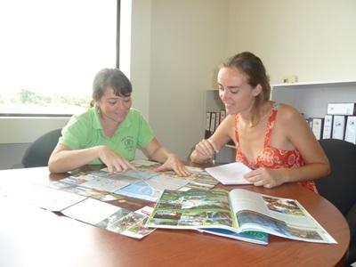 코스타리카 저널리즘 프로젝트에서 봉사자와 직원이 함께 토론하고 있다