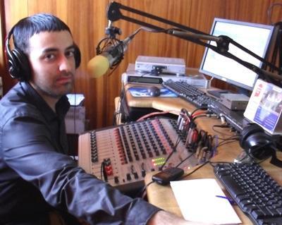 가나 저널리즘 인턴들이 방송국에서 일하고 있다