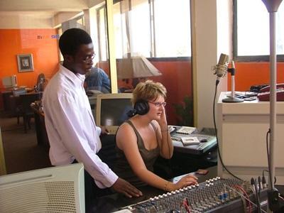 가나 저널리즘 프로젝트에서 라디오장비를 다루고 있는 저널리즘 인턴