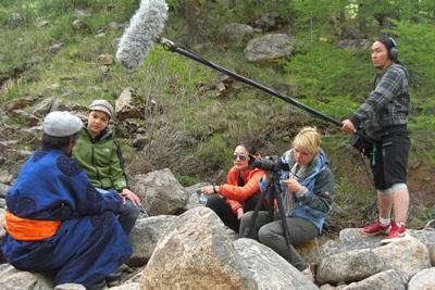몽골 방송국에서 저널리즘 인턴들이 일하고 있다