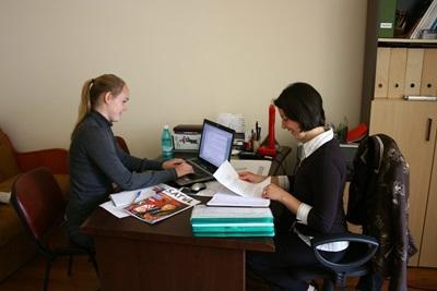루마니아에 참가한 미국 봉사자가 인터뷰를 하고 있다