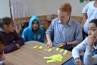 루마니아 저널리즘 인턴들과 지역사화 아이들
