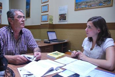 루마니아 저널리즘 인턴들이 현지 직원과 함께 일하고 있다
