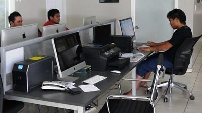 사모아 저널리즘 프로젝트에서 일하고 있는 인턴들