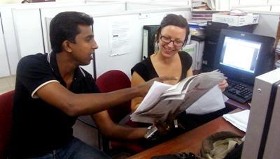 스리랑카 지역 저널리스트가 출판사에서 인턴과 일하고 있다