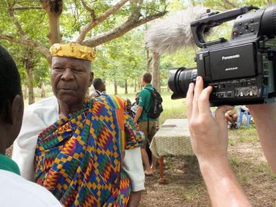 저널리즘 인턴들이 전통 의상을 입은 주민과 인터뷰하고 있다