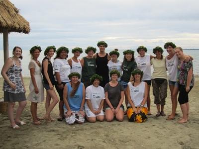 피지의 바닷가에서 사진을 찍고 있는 프로젝트어브로드 봉사자들