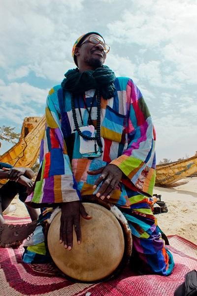 세네갈의 전통옷을 입고 악기를 연주하는 지역주민