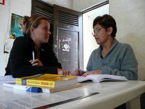 남아메리카에서 스페인어를 배우고 있는 자원봉사자