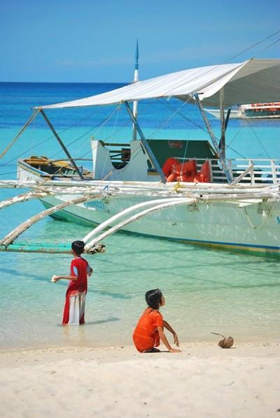 필리핀 해안가에서 놀고 있는 아이들