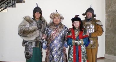 몽골 전통의상을 입고 문화를 배우는 자원봉사자