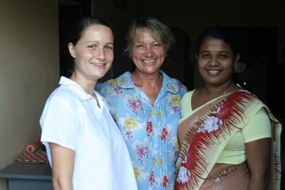 스리랑카 전통의상 사리를 입고 신할리어를 배우는 봉사자