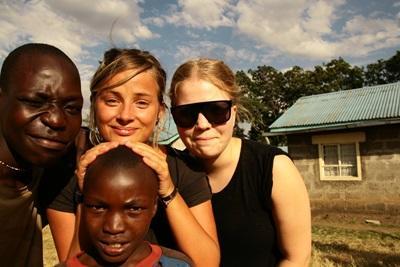 프로젝트어브로드 봉사자들이 케냐 지역주민들과 사진을 찍고 있다