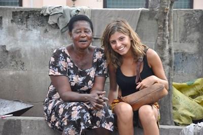 가나 지역 여성에게 트위어를 배우고 있는 자원봉사자