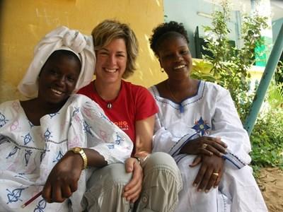 자원봉사자가 세네갈 지역 여성에게 울로프 어를 배우고 있다