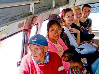 페루에서 택시를 타는 봉사자들