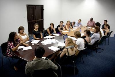 남아공 인권 사무소에서 법률 학생들이 미팅에 참가하고 있다