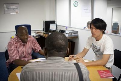남아공 케이프타운에서 봉사자들이 사회적 정의에 대해 토론하고 있다