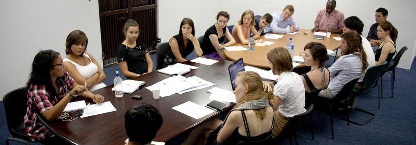 인권 프로젝트 봉사자들이 미팅을 하고 있다