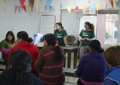 아르헨티나 인권 봉사자가 아이들에게 교육을 하고 있다