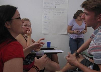 아르헨티나 인권 프로젝트 인턴들이 코르도바의 사무소에서 일하고 있다