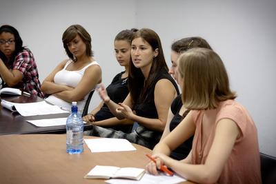 프로젝트어브로드 인권프로젝트 봉사자들이 회의를 하고 있다.