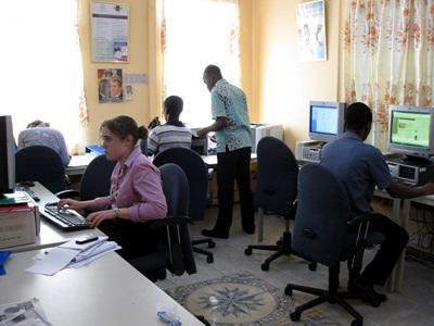 가나 인권 프로젝트의 인턴들이 사무소에서 일하고 있다