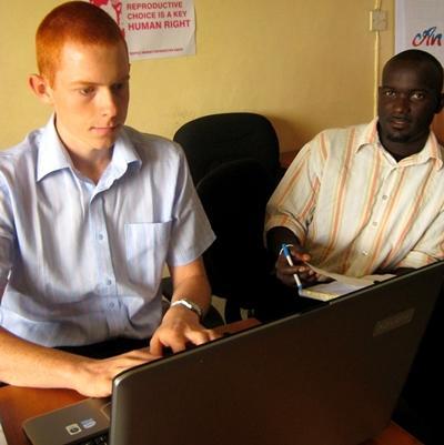 가나 인권 프로젝트의 인턴들이 사무소 직원들과 함께 일하고 있다