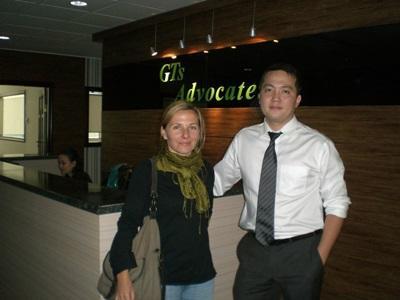 몽골 인권 프로젝트 봉사자가 현지 직원과 함께 일하고 있다