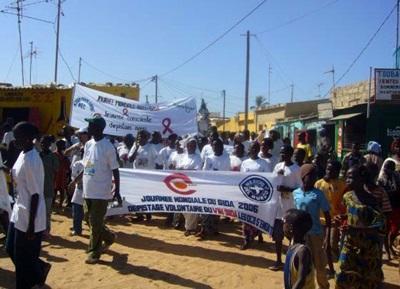 세네갈 인권 프로젝트의 인턴들이 AIDS 관련 행사에 참가한다