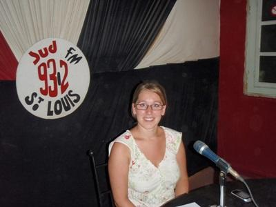 세네갈의 법률 인턴이 라디오 프로그램에서 인권에 대한 얘기를 하고 있다